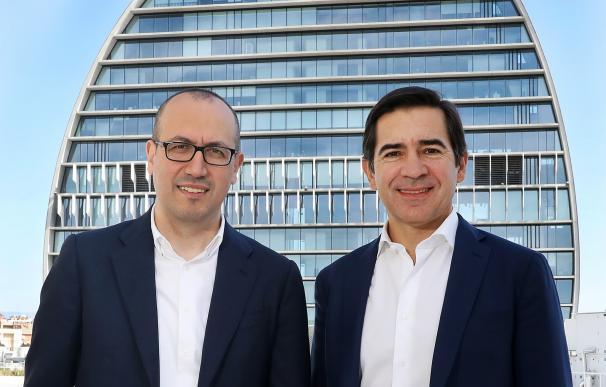 El presidente de BBVA, Carlos Torres, y el consejero delegado, Onur Genç, ante el edificio de La Vela en Madrid