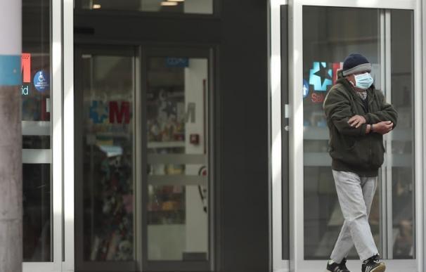 Fotografía persona con mascarilla saliendo de hospital / EP