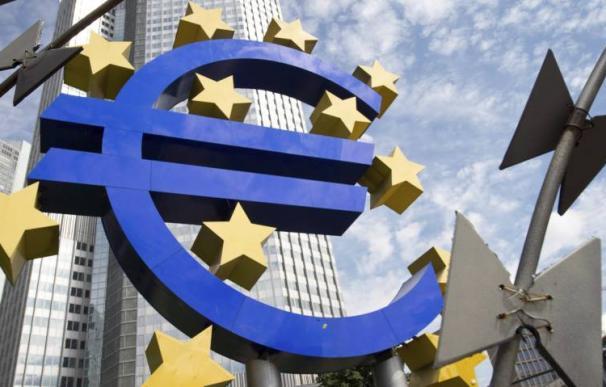Vista de la escultura con el logo del euro que decora los alrededores de la sede del Banco Central Europeo (BCE) en Fráncfort (Alemania). Efe