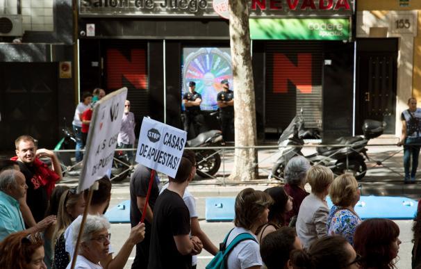 Cientos de personas participan este domingo en Madrid en una manifestación para denunciar la proliferación de las casas de juego y apuestas. /EFE