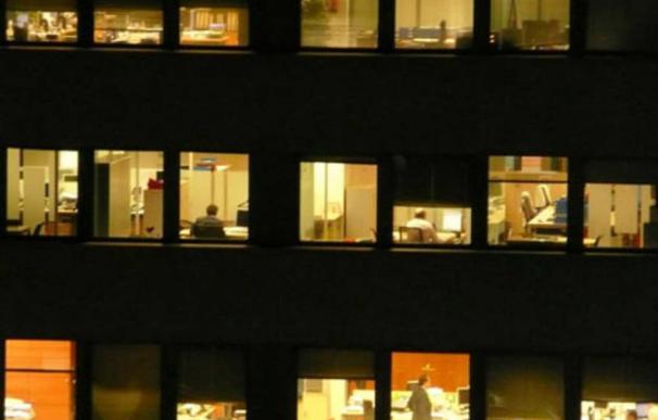 Fotografía oficina de noche.
