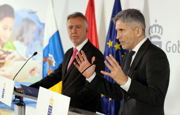 El ministro de Interior, Fernando Grande-Marlaska (d), y el presidente del Gobierno de Canarias, Angel Víctor Torres