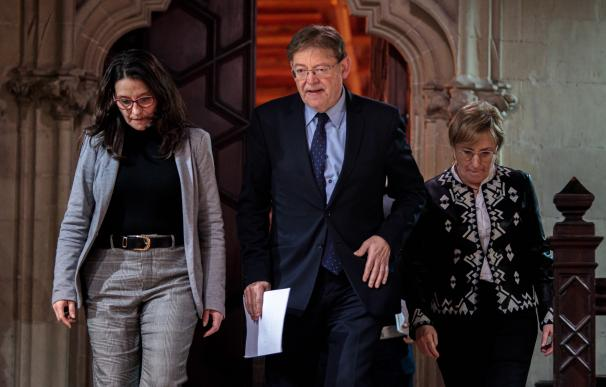 El president de la Generalitat, Ximo Puig, en la imagen junto a la vicepresidenta Mónica Oltra (i) y a la consellera de Sanidad, Ana Barceló (d). /EFE