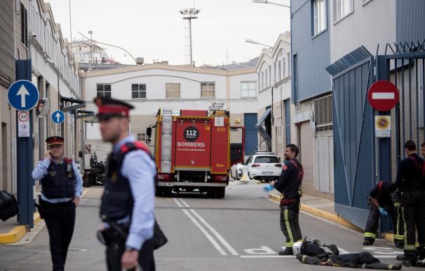 Varias dotaciones de bomberos acudieron a la zona del suceso en en el polígono de Montsolís de la Verneda. /EFE