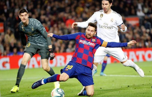 Los jugadores del Barcelona, Messi (c) y Ramos (d) ,del Real Madrid durante el encuentro correspondiente a la Liga jugado esta noche en el Camp Nou.
