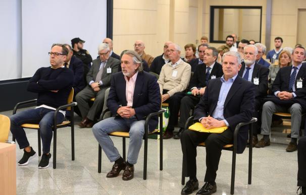 """Los acusados Álvaro Pérez """"El Bigotes"""" (i), Francisco Correa (c) y Pablo Crespo (d) al comienzo del juicio por la supuesta contratación irregular de una empresa de Gürtel para actos celebrados por la visita del papa Benedicto XVI a Valencia en 2006."""