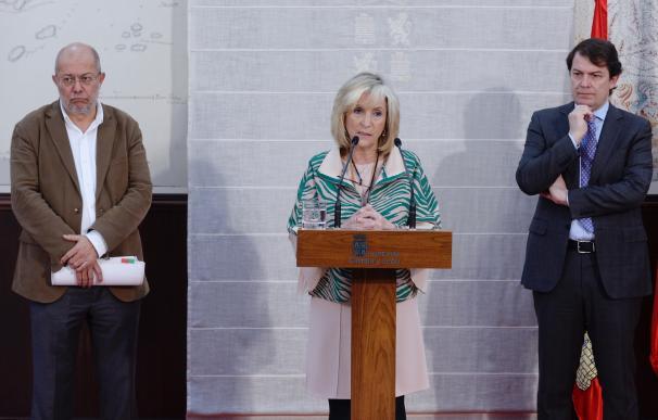 El presidente de la Junta de Castilla y León, Alfonso Fernández Mañueco (d), el vicepresidente, Francisco Igea, y la consejera de Sanidad, Verónica Casado. /EFE