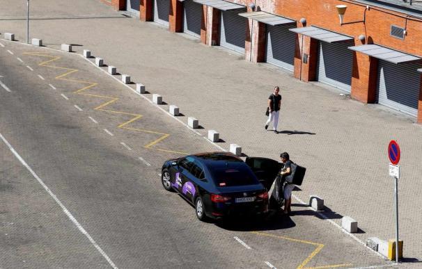Un vehículo de Cabify deja a un pasajero en la estación de Atocha, en Madrid. /EFE