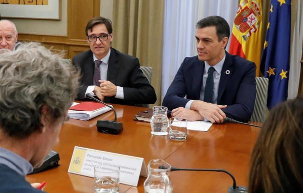 El presidente del Gobierno, Pedro Sánchez, acompañado por el ministro de Sanidad, Salvador Illa.