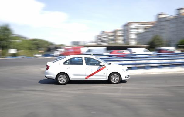 Imagen de recurso de un taxi circulando por la ciudad de Madrid.