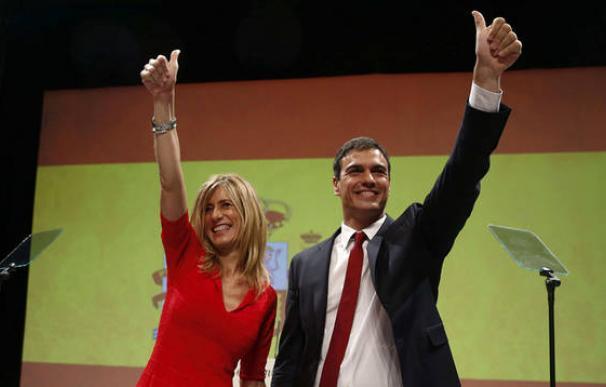 Sánchez y su mujer, Begoña Gómez, con la bandera nacional de fondo
