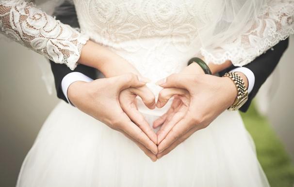 Fotografía de una pareja de novios en una boda.
