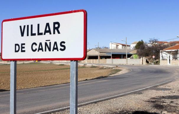 Un cartel indica la llegada a Villar de Cañas, el pueblo elegido para albergar la sede definitiva del ATC (Efe)