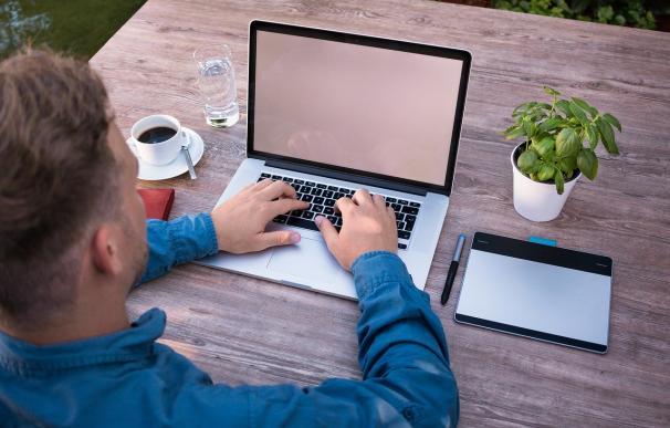 Empleado trabajando con un ordenador