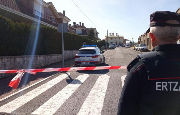 Operativo de la Ertzaintza en el lugar del asesinato de una mujer y su hija en Abanto (Bizkaia)