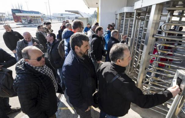 Fotografía trabajadores entrando en puerta giratoria / Heraldo
