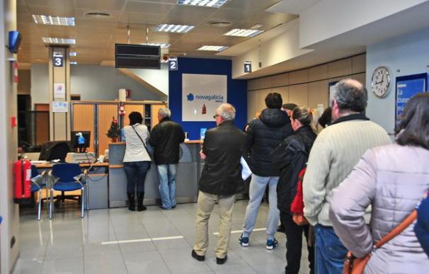Fotografía cola sucursal bancaria / EFE