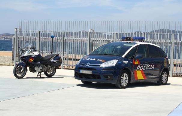 Fotografía de un coche una moto de policía en Vigo. Este miércoles trataron con un vecino que quería ser detenido por el coronavirus,