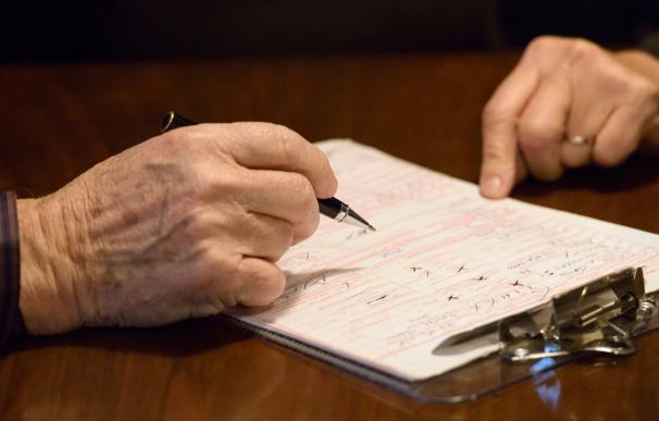 Fotografía de un jubilado haciendo cuentas.