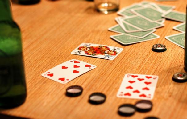 Fotografía de un juego de cartas en un bar.