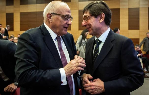 El presidente de Banco Sabadell, Josep Oliu, conversa con el presidente de Bankia, José Ignacio Goirigolzarri