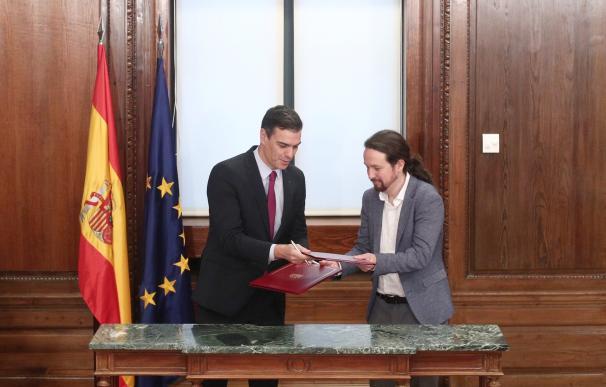 El presidente del Gobierno, Pedro Sánchez, y el secretario general de Podemos, Pablo Iglesias, presenta el programa de la coalición