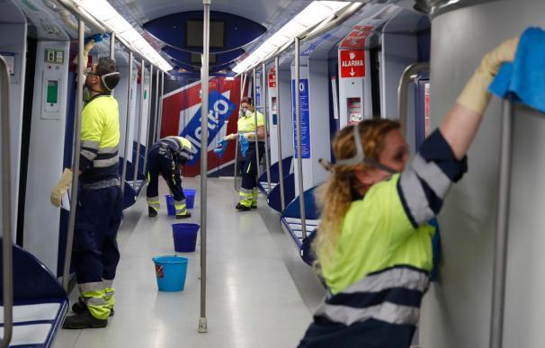 Trabajadores de Metro desinfectando los trenes