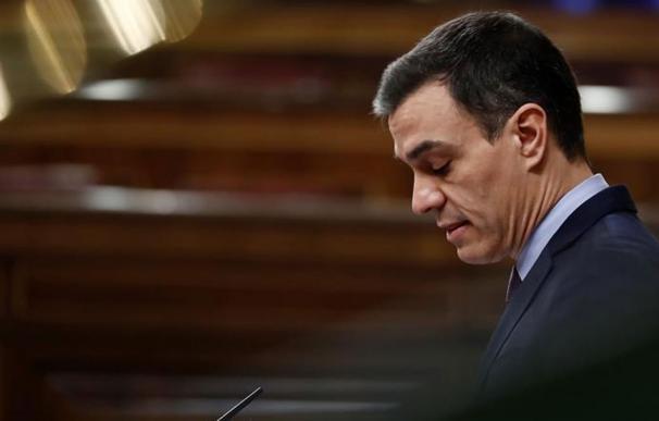 Fotografía Pedro Sánchez, perfil, fondo oscuro / EFE