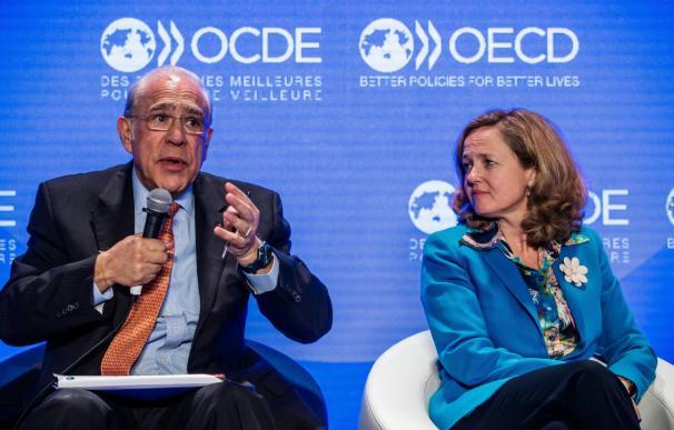 El secretario general de la Organización para la Cooperación y el Desarrollo Económico (OCDE), Ángel Gurría, junto a la ministra de Economía, Nadia Calviño. CHRISTOPHE PETIT TESSON EFE