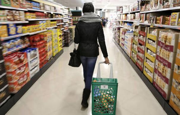 Una persona recorre un supermercado, un síntoma de la inflación / EFE
