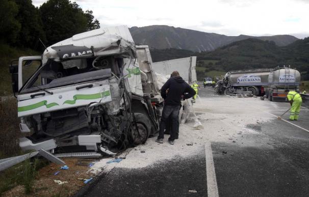 Mueren dos personas en un choque frontal entre dos camiones en Asturias