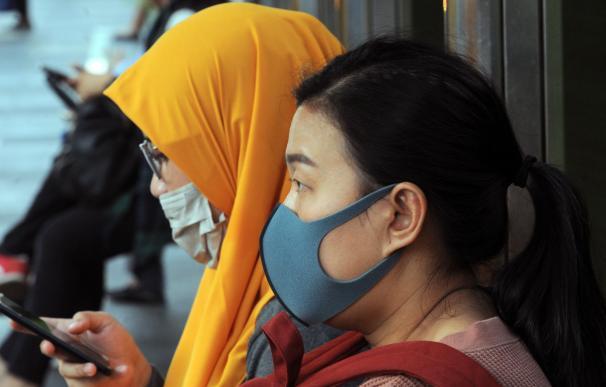 Mujeres con mascarilla en Yakarta