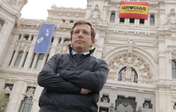 El alcalde de Madrid, José Luis Martínez-Almeida, frente a la puerta del Ayuntamiento