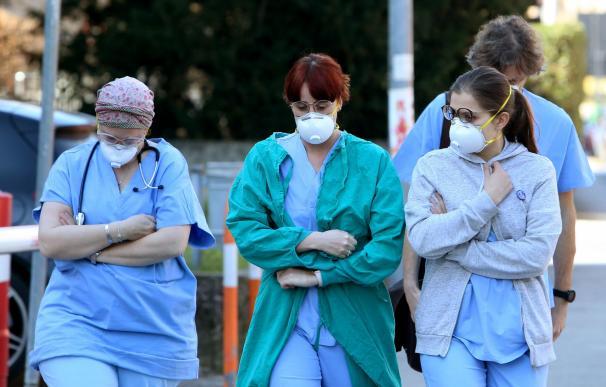 Personas y trabajadores sanitarios usan mascarillas protectoras fuera del hospital en Padua, región de Véneto, al norte de Italia