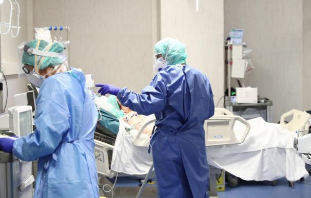 Fotografía de dos médicos tratando a una paciente por coronavirus.