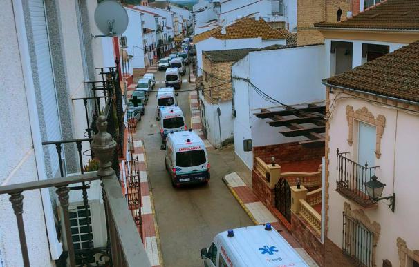 Fotografía facilitada por un vecino de Alcalá del Valle (Cádiz) del traslado de los ancianos. /EFE