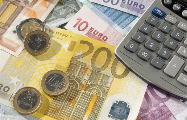 Fotografía de billetes y monedas de euros. Durante la crisis del coronavirus también se puede invertir.
