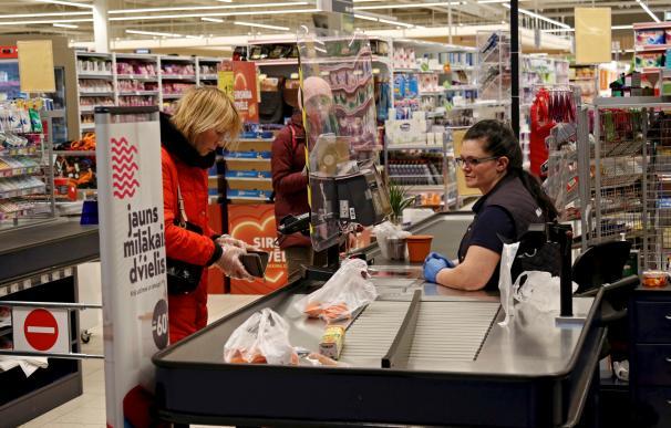 Gente comprando en el supermercado Maxima de Riga, Letonia, el 18 de marzo de 2020./EFE
