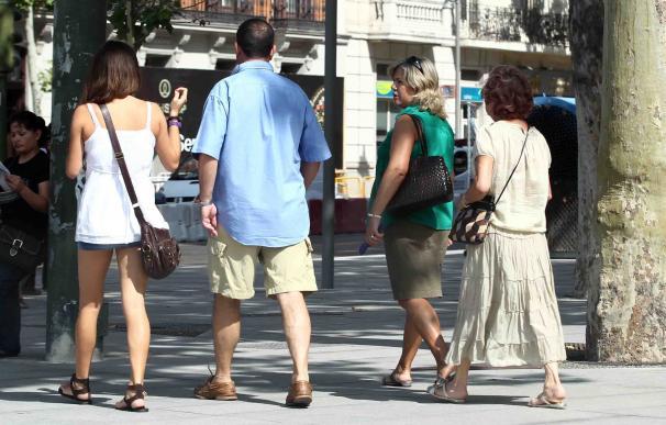 Familia paseando, paseo, verano, buen tiempo, calle