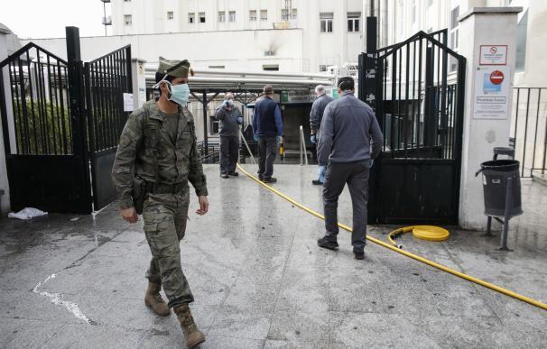 Unidades de Legionarios prestan ayuda a la UME mientras desinfectan en el hospital Virgen de las Nieves