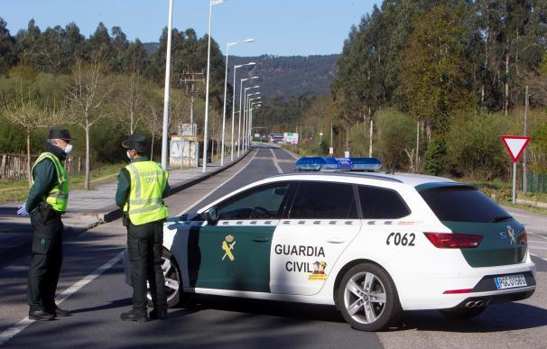 Efectivos de la Guardia Civil controlan la frontera de Goián con la localidad de Vila Nova de Cerveira. /EFE