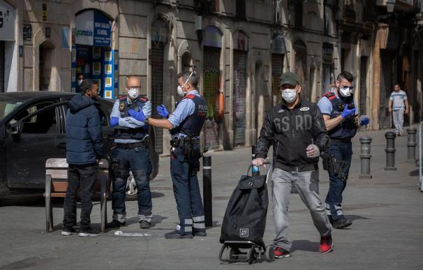 Un control de los Mossos d'Esquadra en una calle de Barcelona durante el primer día laborable de la segunda semana desde que se decretó el estado de alarma en el país a consecuencia del coronavirus, en Barcelona/Catalunya (España) a 23 de marzo de 2020.