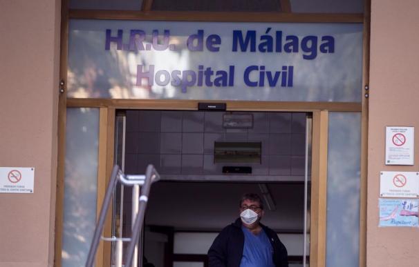 Un trabajador del Hospital Civil de Málaga porta una mascarilla protectora