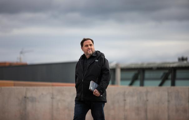 El líder de ERC, Oriol Junqueras, condenado a 13 años de cárcel por sedición y malversación en la sentencia del 'procés', camina para salir del Centro Penitenciario Lledoners