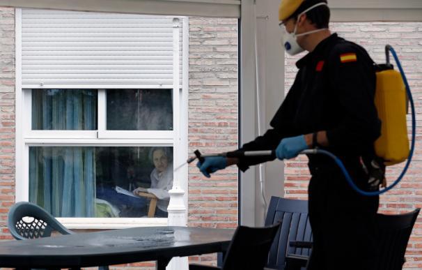 Efectivos de la UME en tareas de desinfección en una residencia