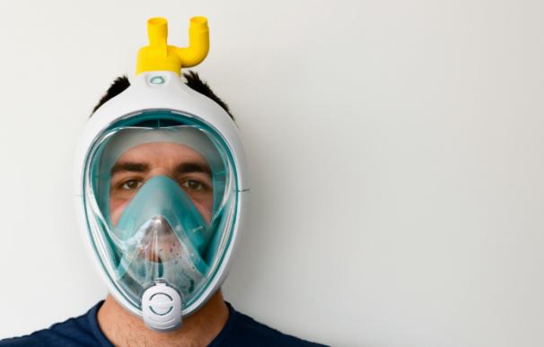 Fotografía de una máscara de buceo de Decathlon convertida en un respirador para luchar contra el coronavirus.