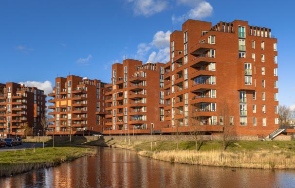 Fotografía de un edificio con pisos en alquiler. El Gobierno ha habilitado una nueva ayuda para los alquileres.