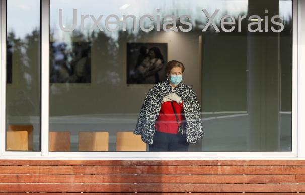 Una mujer en la sala de espera de urgencias del Hospital Lucus Augusti, en Lugo