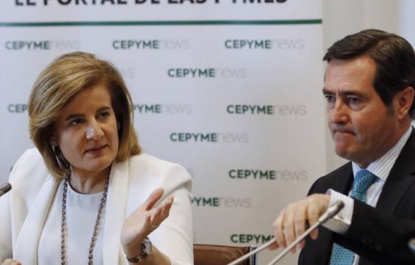 Fotografía de Fátima Báñez y Antonio Garamendi / EFE