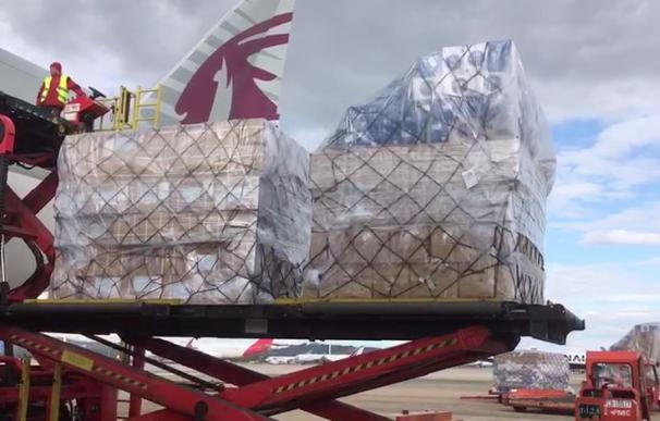 En Madrid el primer avión con material sanitario de Ayuso